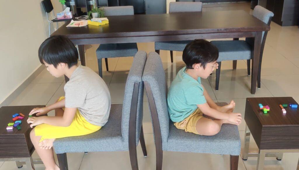 ①反対を向き合って座る