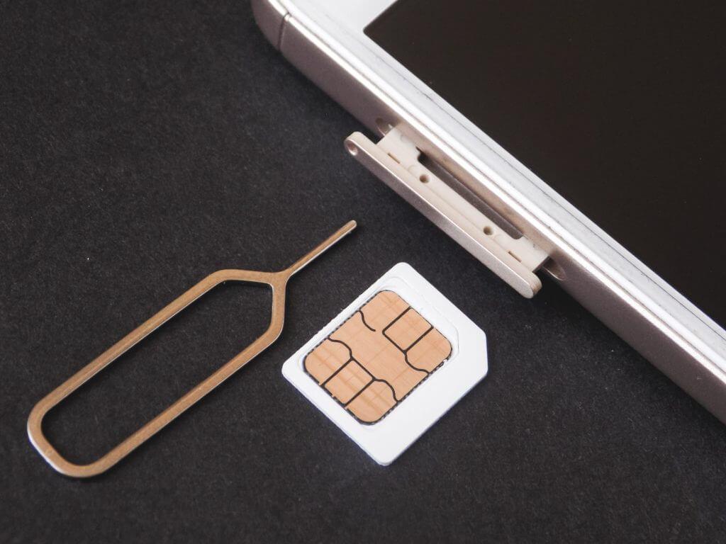 SIMカードを取り出すピン