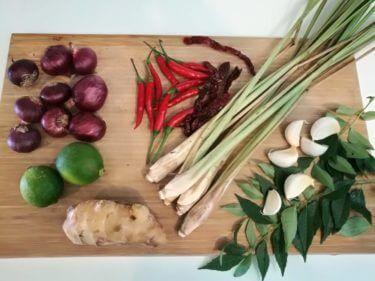 マレーシア料理に欠かせない調味料、サンバルを手作り